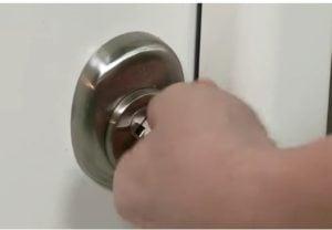 Seguridad de una puerta metálica